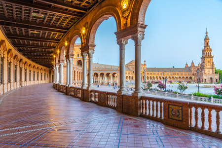 Sunset view of an arcade at Plaza de Espana in Sevilla, Spain 報道画像