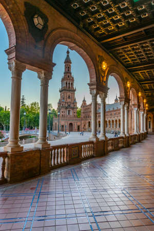 Sunset view of an arcade at Plaza de Espana in Sevilla, Spain 新聞圖片