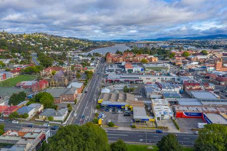 LAUNCESTON, AUSTRALIA, FEBRUARY 29, 2020: Aerial view of the city center of Launceston, Australia 新闻类图片