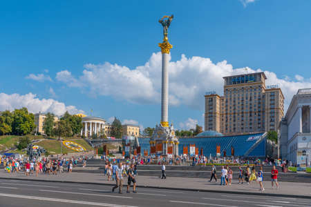 KYIV, UKRAINE, SEPTEMBER 1, 2019: People are strolling in front of the independence memorial at Maidan Nezalezhnosti square in Kyiv, Ukraine 新闻类图片