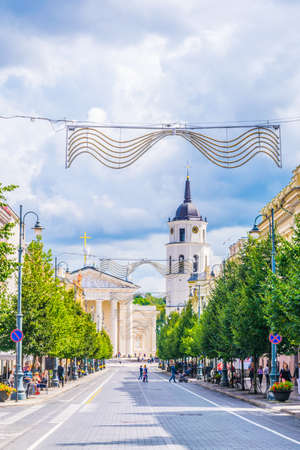 VILNIUS, LITHUANIA, AUGUST 14, 2016: Gedimino prospektas (Gediminas Avenue) street with the cathedral at the end in Vilnius, Lithuania Редакционное