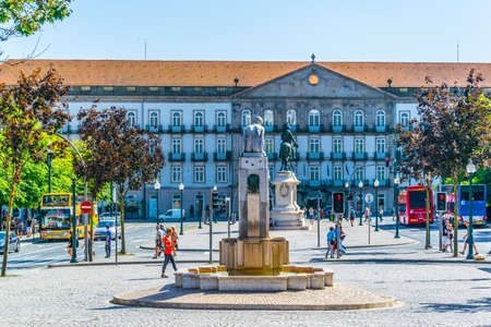 PORTO, PORTUGAL, SEPTEMBER 5, 2016: View of a fountain of the girl on the avenida dos aliados in Porto, Portugal Redakční
