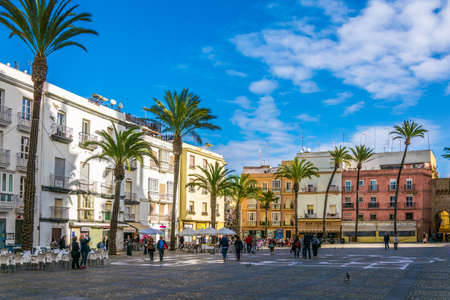 CADIZ, SPAIN, JANUARY 6, 2016: people are strolling over popular plaza de la catedral in cadiz 新聞圖片