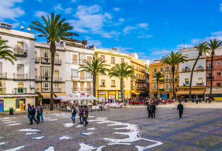 CADIZ, SPAIN, JANUARY 6, 2016: people are passing plaza de la catedral in front of the cathedral in cadiz 新闻类图片