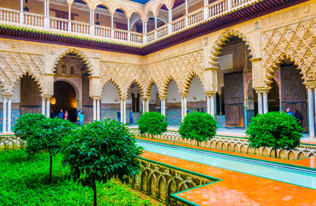 SEVILLA, SPAIN, JANUARY 7, 2016: view of the courtyard of the maidens situated inside of the royal alcazar palace in the spanish city sevilla 新聞圖片