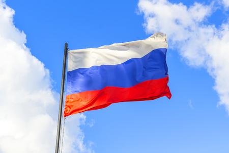 bandera blanca: bandera rusa en el cielo Foto de archivo
