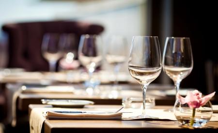 tavolo da pranzo: Bicchieri vuoti nel ristorante Archivio Fotografico