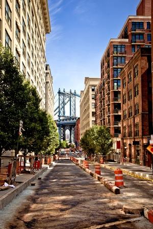 backstreet: Puente de Manhattan, vista desde la calle de Washington, Brooklyn, Nueva York Editorial
