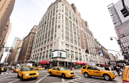 macys: NEW YORK - JAN 6: Streetlife City nel punto di intersezione del 7 Av. e 34 st. vicino al Macy il 6 gennaio 2011 a Manhattan, New York City Editoriali