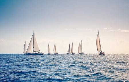 Żaglowiec jachty z białymi żaglami