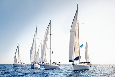 yachts: Barche a vela nave con vele bianche Archivio Fotografico