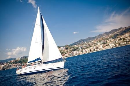 bateau voile: Yacht voilier en mer Banque d'images