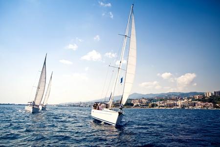 voile bateau: Voiliers navire aux voiles blanches Banque d'images
