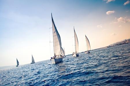 voile bateau: Voiliers navire avec des voiles blancs Banque d'images
