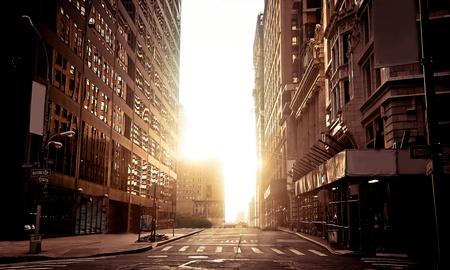 Absoluut lege straat in New York 's ochtends vroeg