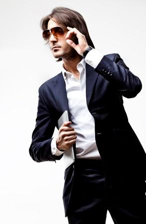 mann mit langen haaren: Junger Mann im Anzug ernst