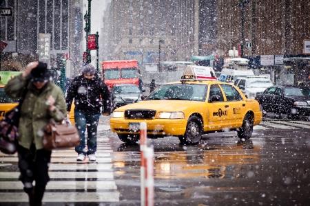 NEW-YORK - 7 janvier: Taxi Cabs prudemment la manoeuvre par un blizzard le 7 Janvier 2011 à Huit Av, NYC
