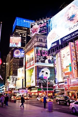broadway: Manhattan, New York City, USA - 11. Januar 2011: Times Square, Broadway Theater mit und animierte LED-Zeichen erscheinen, ist ein Symbol von New York City und in den USA