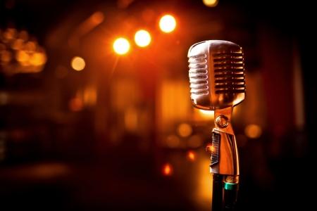 concierto de rock: Micrófono retro en el escenario