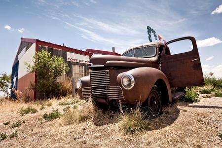 abandoned car: Restaurante abandonado en la ruta 66 carretera en EE.UU.
