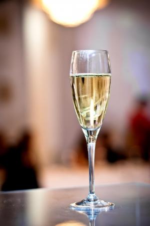 bouteille champagne: Verres pleins de champagne