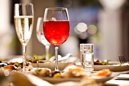 Glazen set met een drankje in het restaurant