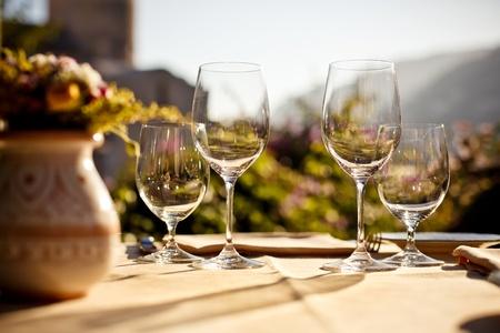 bread and wine: Servido en mesa de caf� de verano