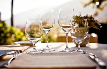 현관: 여름 카페에서 테이블을 역임