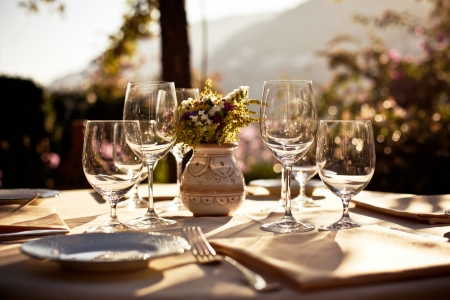 Serviert Tisch im Sommer Café