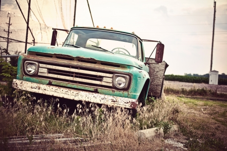 oldie: Old rusty car along historic US Route 66 Stock Photo