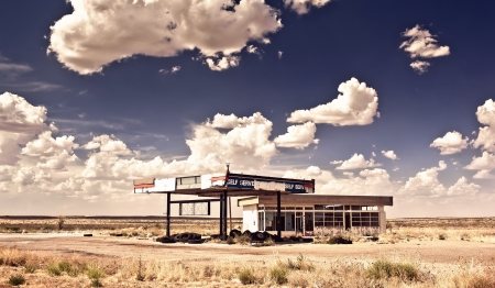 gasolinera: Estación de gas vieja en la ciudad fantasma a lo largo de la ruta 66