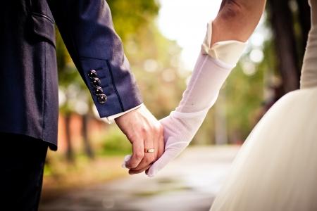 Bruid en bruidegom bedrijf handen Stockfoto