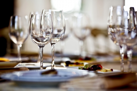 glass plate: Empty glasses set in restaurant