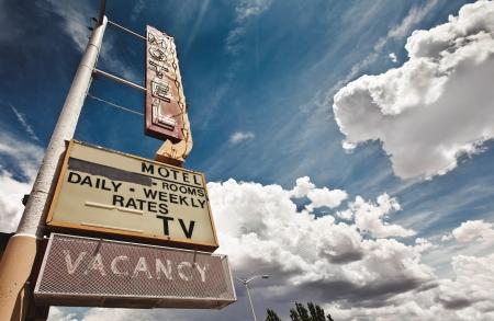 vacante: Signo motel viejo en la ruta 66, EE.UU.