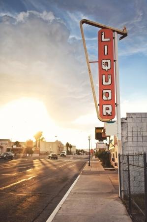 Stary znak sklep monopolowy założona na Route 66, USA Zdjęcie Seryjne