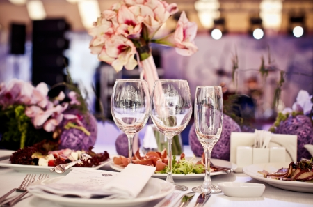 Lege glazen in restaurant. Een deel van het interieur