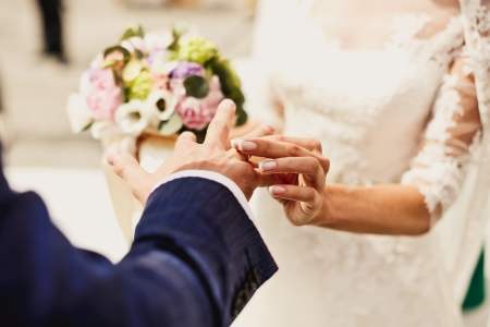 Close up of holding hands with wedding rings Standard-Bild