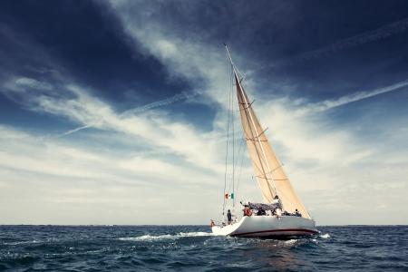 bateau voile: Yachts � voile de bateau avec des voiles blancs dans la mer