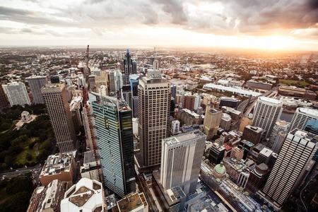 Widok z lotu ptaka centrum Sydney o zachodzie słońca, w Australii.