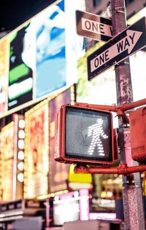 paso de peatones: Sigue caminando señal de tráfico de Nueva York con el fondo iluminado y borrosa Foto de archivo