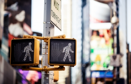 señal transito: Sigue caminando señal de tráfico de Nueva York con el fondo iluminado y borrosa Foto de archivo
