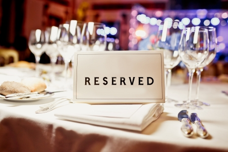 Reserved sign on a table in restaurant Imagens