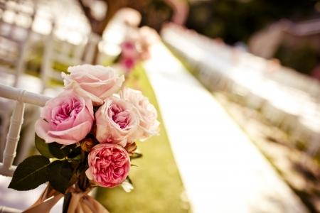 Close-up van de bruiloft stoel versierd met roze rozen