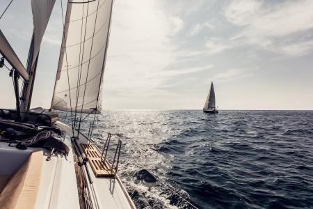 Zeilschip jachten met witte zeilen in de open zee