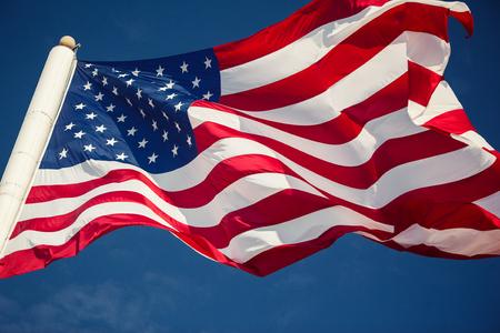 Amerikaanse vlag op blauwe hemel achtergrond Stockfoto