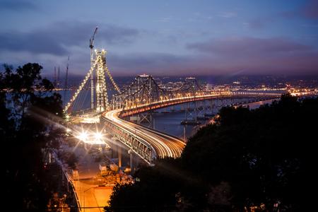 San Francisco - 夜、米国オークランド ベイ ブリッジ