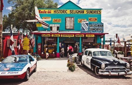 SELIGMAN - 3 augustus: The Historic Seligman Diversen op 3 augustus 2012 in Seligman, Arizona. Gebouwd in 1904, vandaag de dag, de Seligman Diversen is Seligmans alleen gourmet koffie bar en een cadeauwinkel.