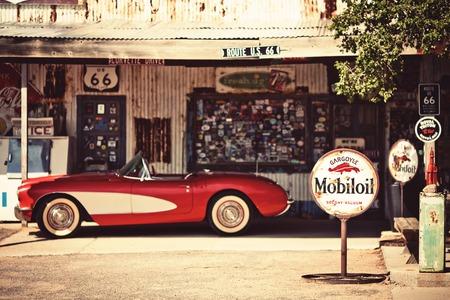 gasolinera: ALMECINA - 03 de agosto: Hackberry General Store con un coche Corvette rojo 1957 frente el 3 de agosto de 2012 en Hackberry, Arizona, EE.UU.. Hackberry General Store es un museo popular de la vieja ruta 66