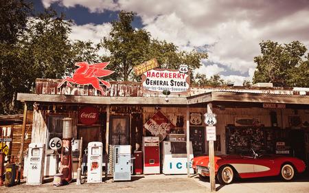 HACKBERRY - 3 augustus: Hackberry General Store met een 1957 rode Corvette auto vooraan op 3 augustus 2012 in Hackberry, Arizona, USA. Hackberry General Store is een populair museum van oude Route 66