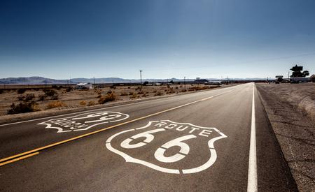 Beroemde Route 66 mijlpaal op de weg in de Californische woestijn Stockfoto
